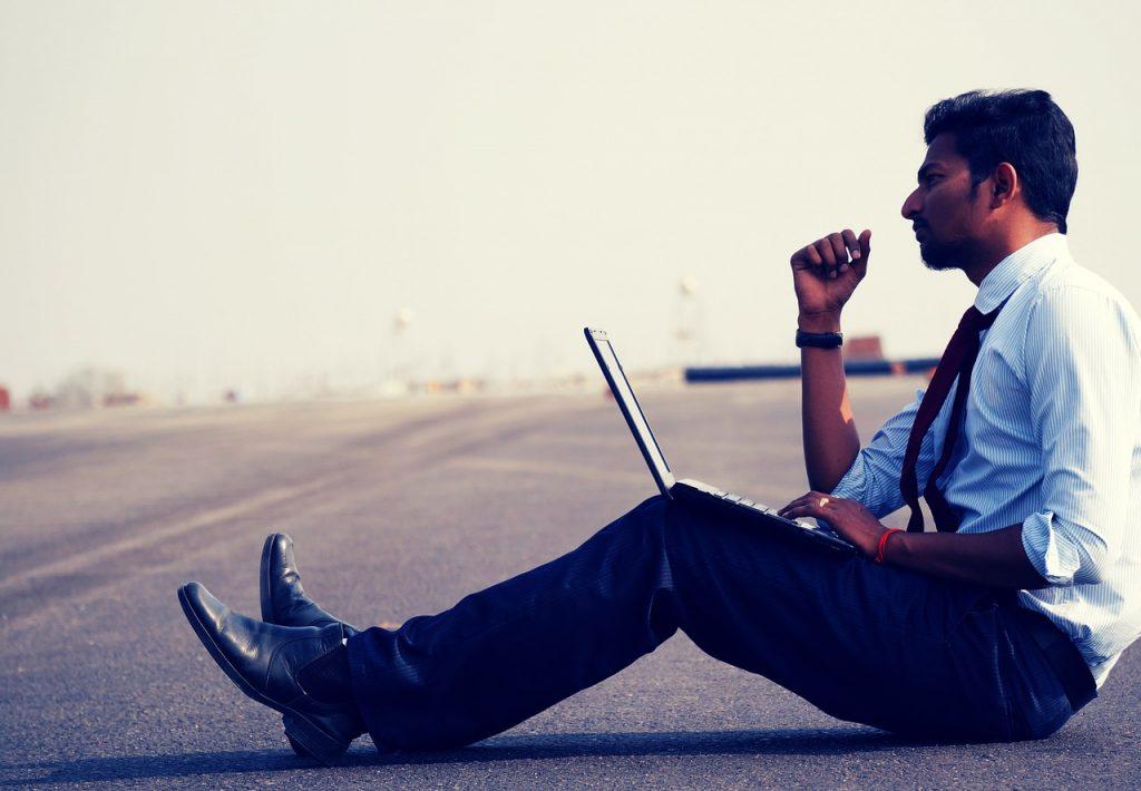 Hombre pensando con laptop