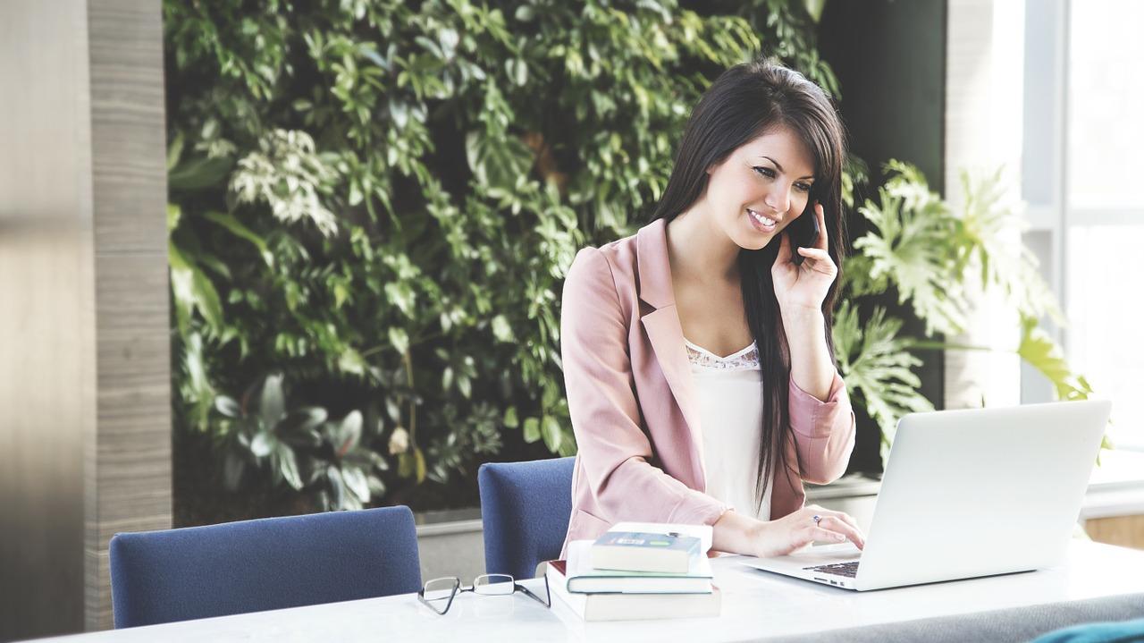 Mujer feliz con laptop